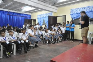 jorgen-praying-with-students-and-staff-in-bacolod-school